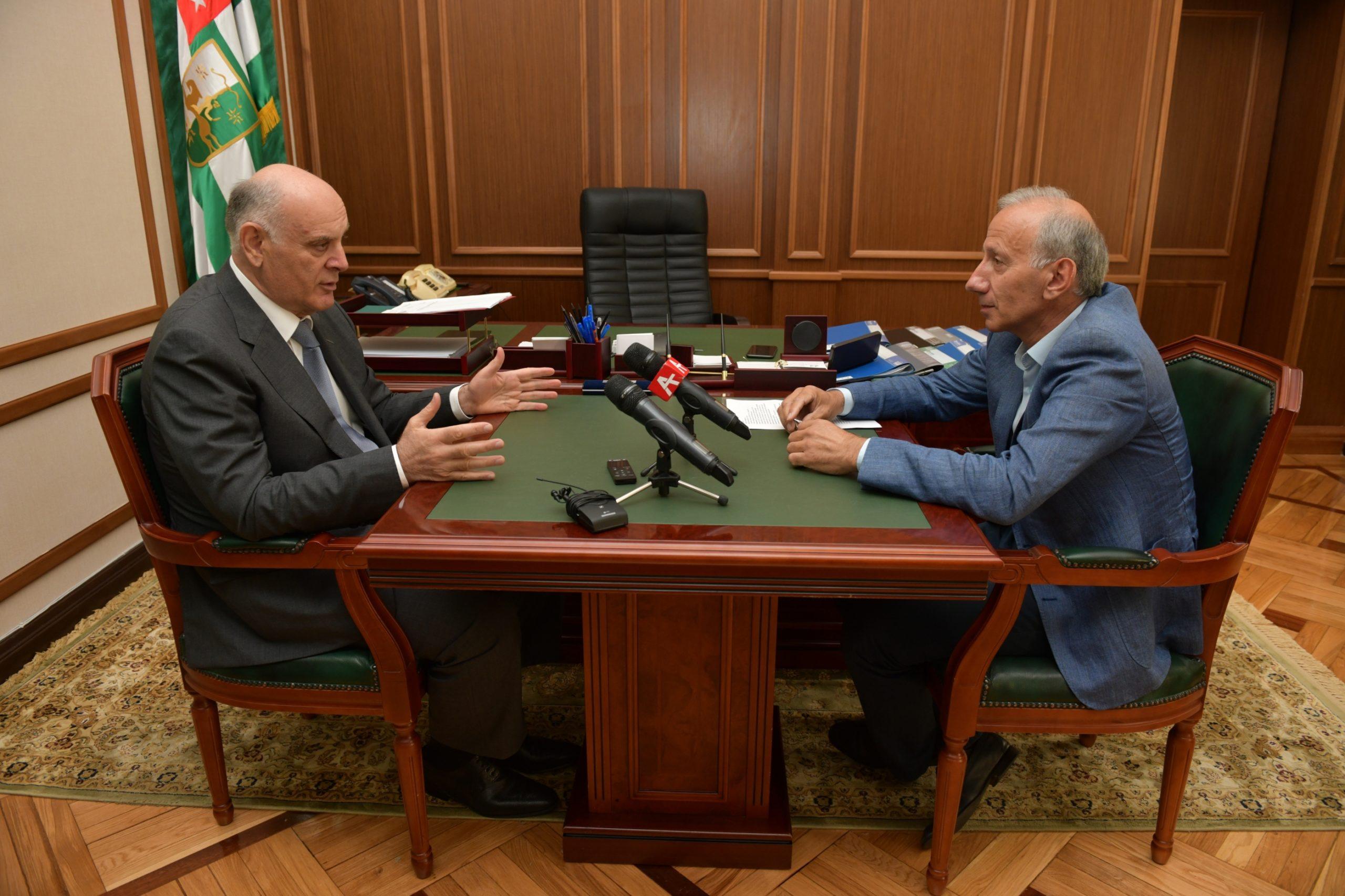 Президент Аслан Бжания поздравил работников СМИ Абхазии с профессиональным праздником